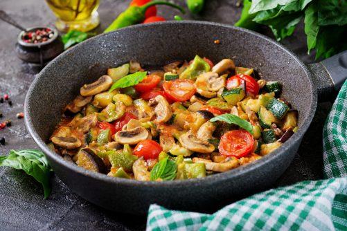 フライパンの中にあるお野菜ときのこのバジルソテー