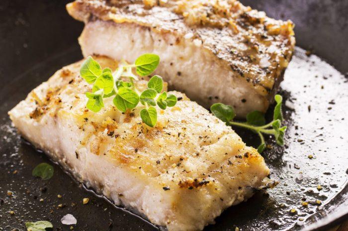フライパンでポワレされた白身魚と飾り付けられたオレガノ