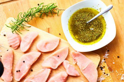切り分けられたお肉とマリネする為の調味料
