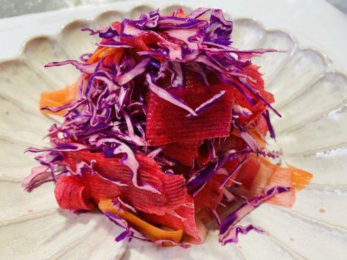 紫キャベツ、人参、りんご、赤紫大根のサラダ