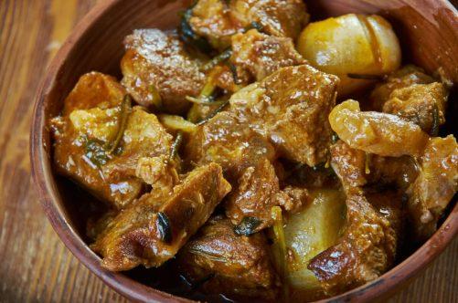 茶色にカスエラに盛られた伝統料理カルボナード