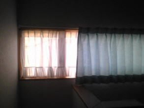 階段室の横長ーい窓に引きひも付きレースのカーテン