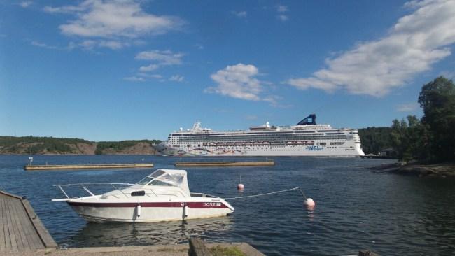 Grote cruiseschepen voorbij Fjäderholmarna