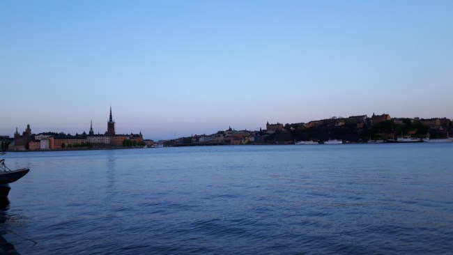 Kungsholmen runt: zicht op Riddarholmen en Södermalm bij zonsondergang