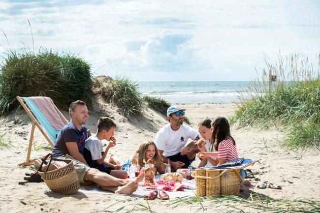 Picknick met kinderen op het strand in Zweden - Anna Hålllams/imagebank.sweden.se