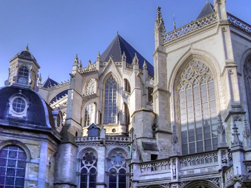 3-days-what-to-do-in-brussels-st-michael-cathedral-takingtotheopenroad-peggytee