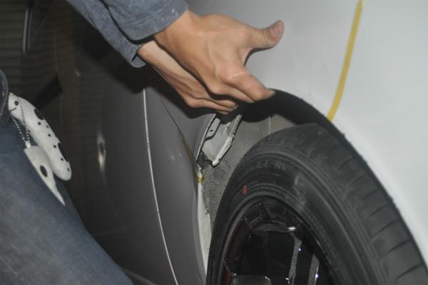 【タイヤはみ出し】ウレタン製モールでごまかすのは違反なのか?|フェンダーを引っ張ってみる