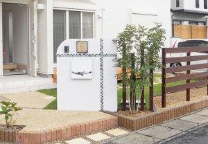 モザイクタイルの門柱とウッドデッキの芝庭 栗東市