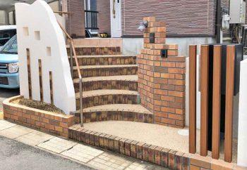 施工後。レンガの門柱、洗い出し階段。