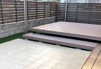 人工芝やタイルテラス、ウッドデッキのあるお庭
