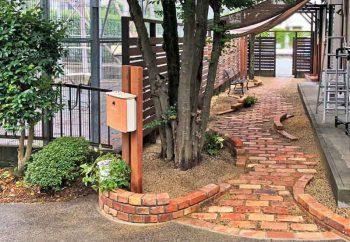 ナチュラルシンプルな門柱とレンガのお庭