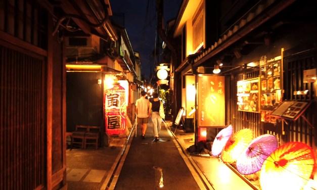 Japon: La nuit dans les rues du quartier de Ponto-cho à Kyoto