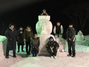雪像製作の拓大生