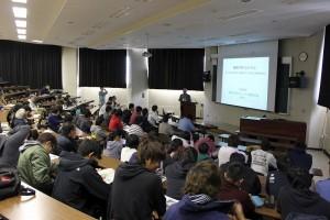 2 階段教室には本学学生以外に一般市民の方も大勢参加しました。