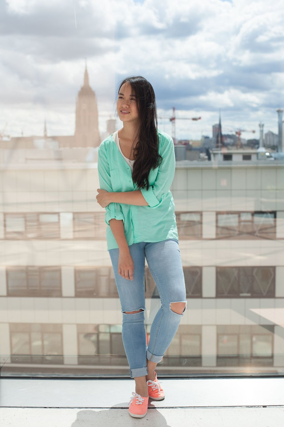 mint bluse peach sneaker ripped jeans (4)