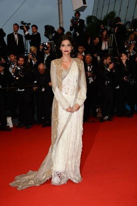 Sonam-Kapoor-Walks The-Red-Carpet-At-The-Great-Gatsby-Screening-Cannes-2013