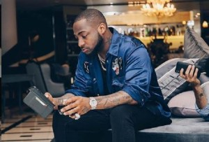 Davido gets himself new customized diamond necklace worth millions (Photos)
