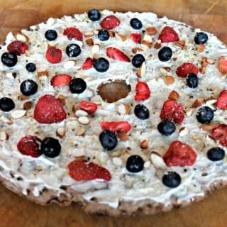Ontbijt pizza met yoghurt en rood fruit