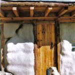 puerta en una casa de paja