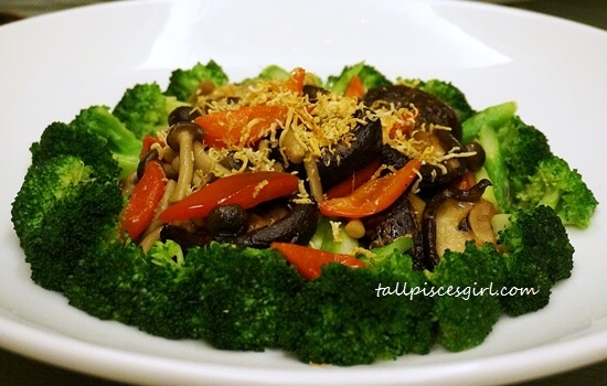 Braised Mushroom and Assorted Vegetables with Conpoy Sauce (瑶柱野菌时蔬)