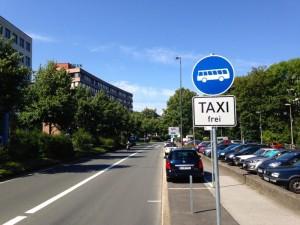 Die Busspur auf der B7 ist inzwischen freigegeben worden, allerdings fehlt die Freigabe auf zahlreichen Busspuren.