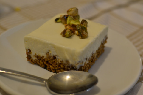 מוס שוקולד לבן על בסיס קורנפלקס ופיסטוקים מקורמלים