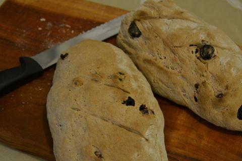 לחם דובדבנים ואגוזי לוז