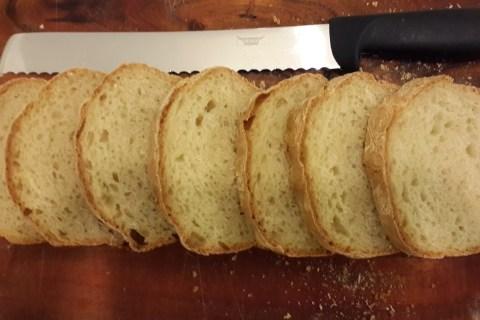 לחם לבן שנאפה בתוך תבנית לחם.