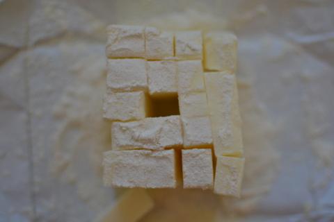 חותכים את החמאה לקוביות קטנות
