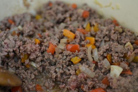 מטגנים את הבשר עד שהוא משנה את הצבע: צ'ילי קון קרנה