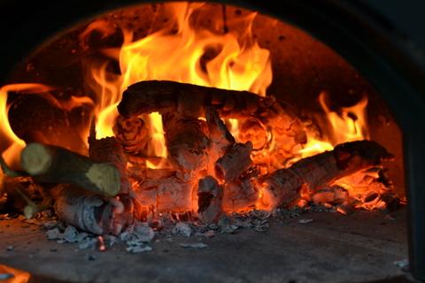 הסקת התנור בעצים