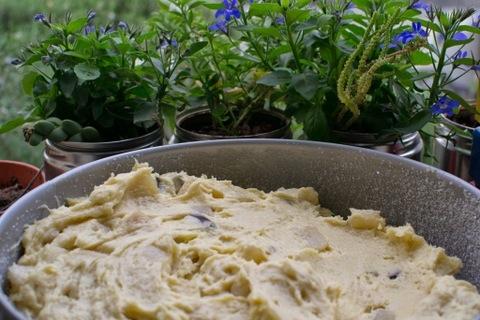 עוגת אגסים ומרציפן לפני האפיה