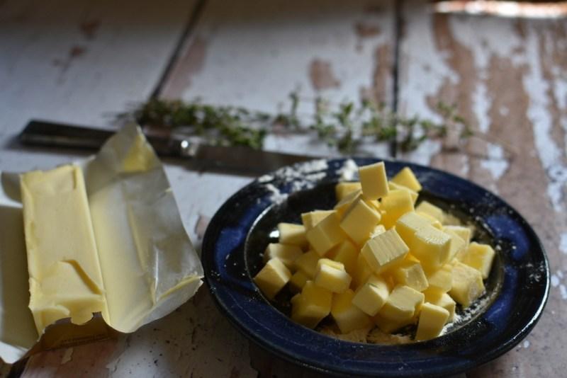 קוביות של חמאה זהובה