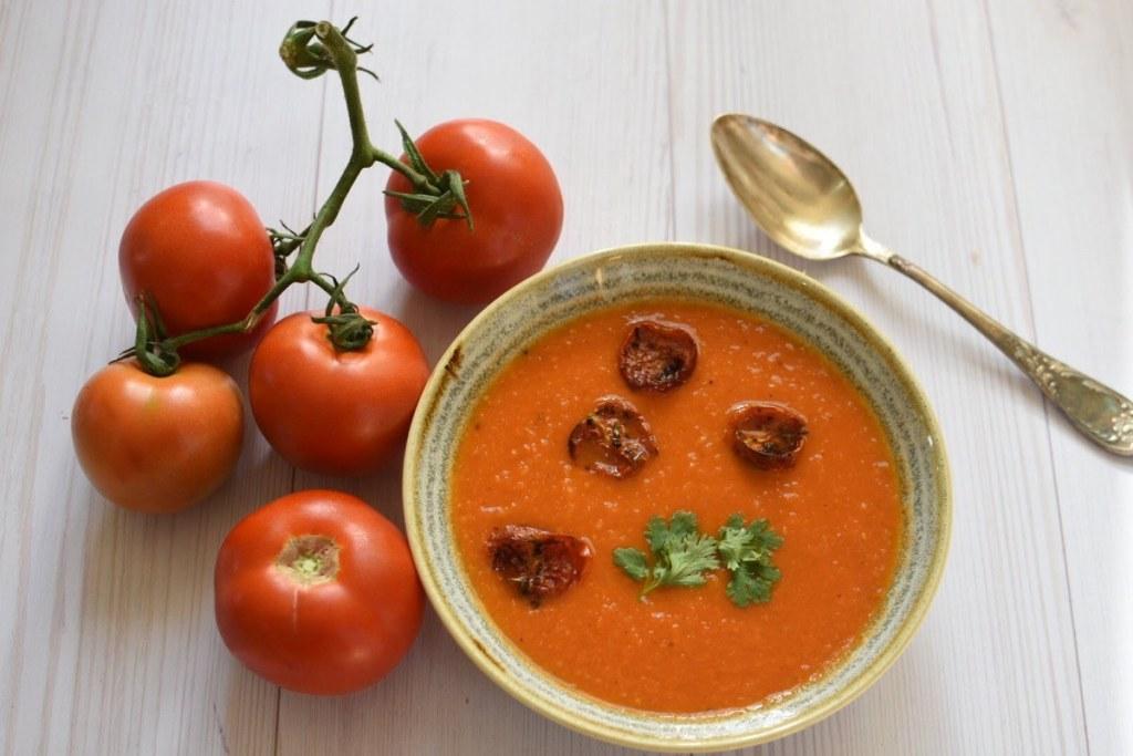 מרק עגבניות עם קרוטוני עגבניות