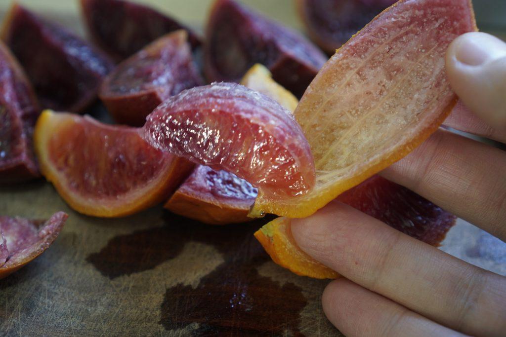 מסירים את הפרי מהקליפה של התפוז דם