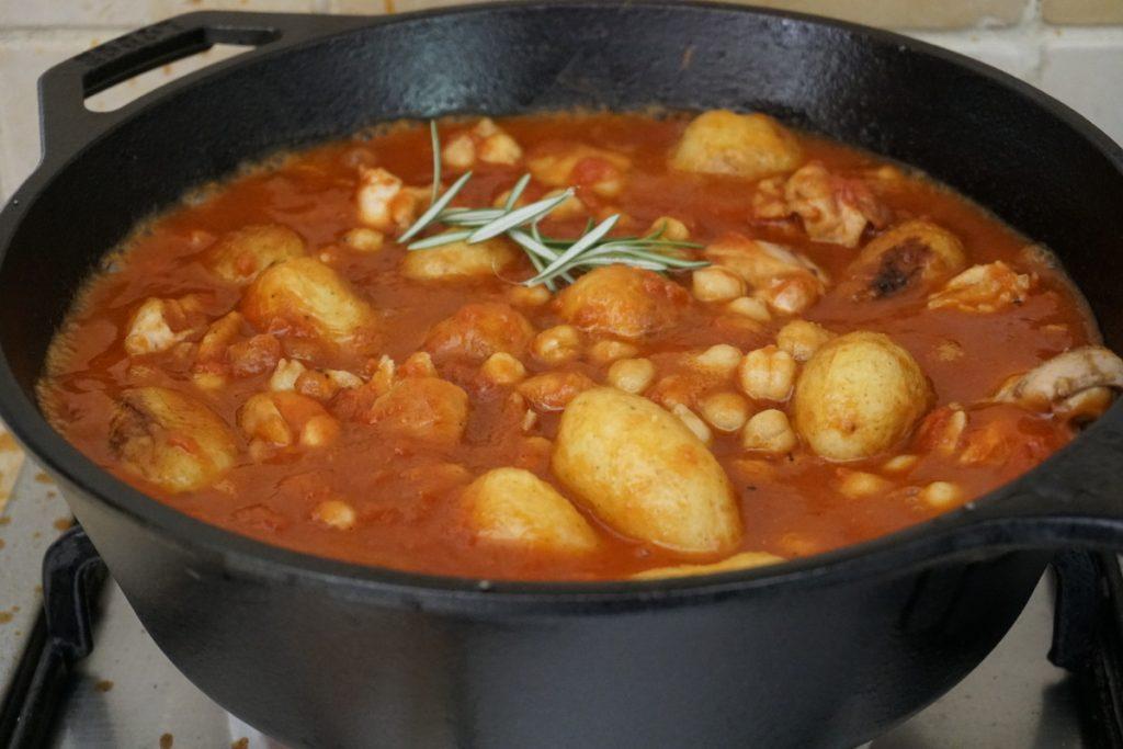 תבשיל פרגיות עם חומוס ותפוחי אדמה