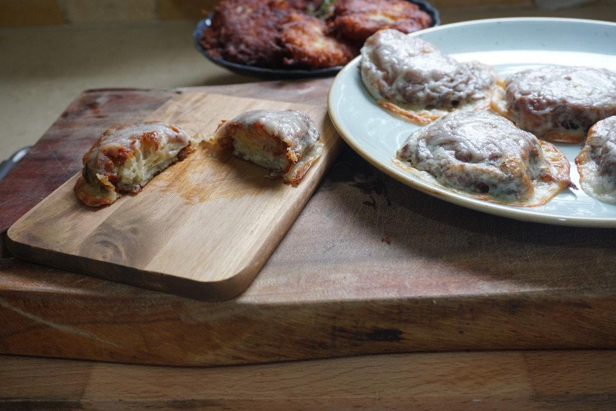 לביבות תפוחי אדמה מושלמות שמשמשות כבסיס לפיצה לחנוכה