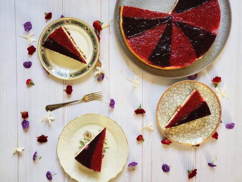 עוגת גבינה אפוייה עם ג׳לי פירות יער