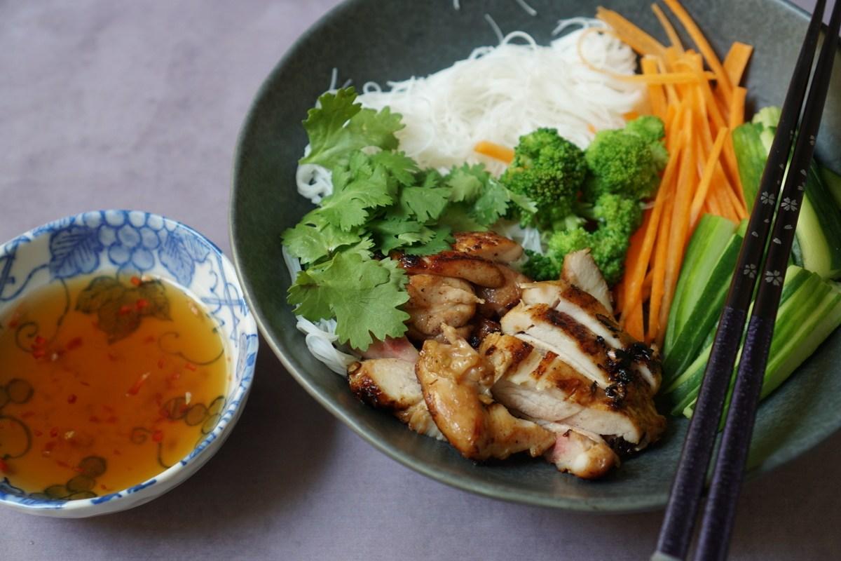 סלט אטריות אורז ויאטנמי עם פרגיות