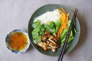 סלט אטריות אורז ויאטנמי