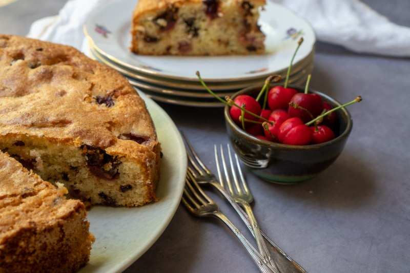 עוגת דובדבנים עם שוקולד ומרציפן