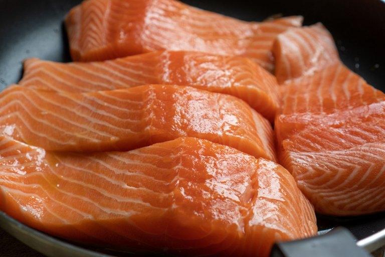 סלמון ברוטב אוכמניות - הכנת הדג