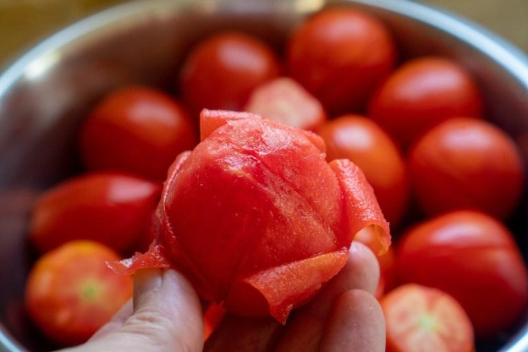 קילוף עגבניות להכנת מטבוחה