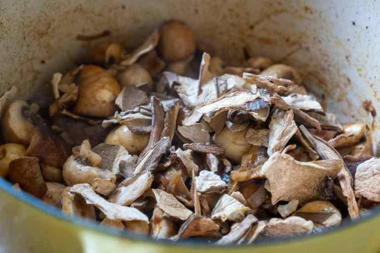 טיגון פטריות עבור צלי בקר עם פטריות