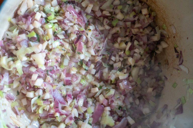 ירקות שורש ובצלים למרק פטריות עשיר
