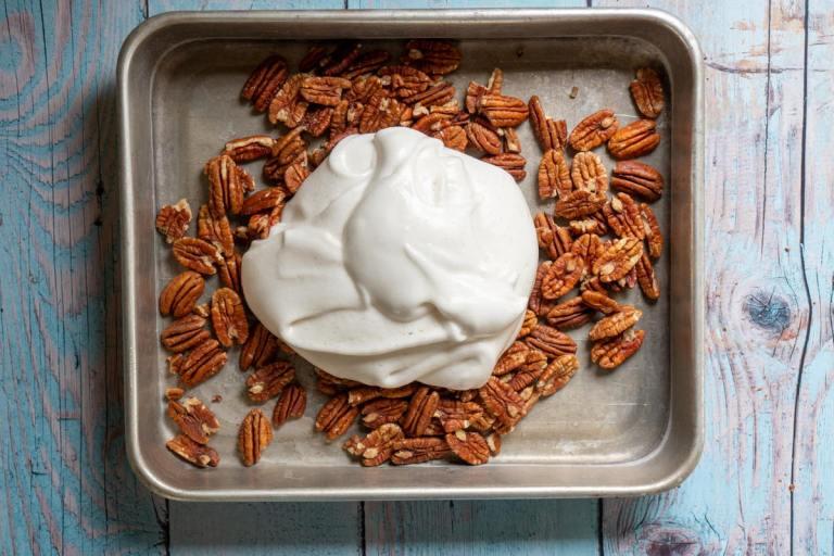 הוספת הקצף של אגוזי פקאן מסוכרים