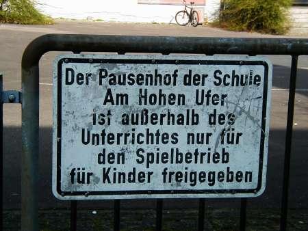Hinweisschild: Der Pausenhof der Schule Am Hohen Ufer ist außerhalb des Unterrichtes nur für den Spielbetrieb der Kinder freigegeben