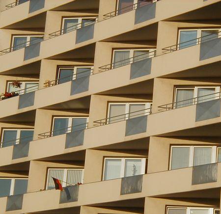 Eine einsame Fahne an einer anonymen und kalten Hochhausfront