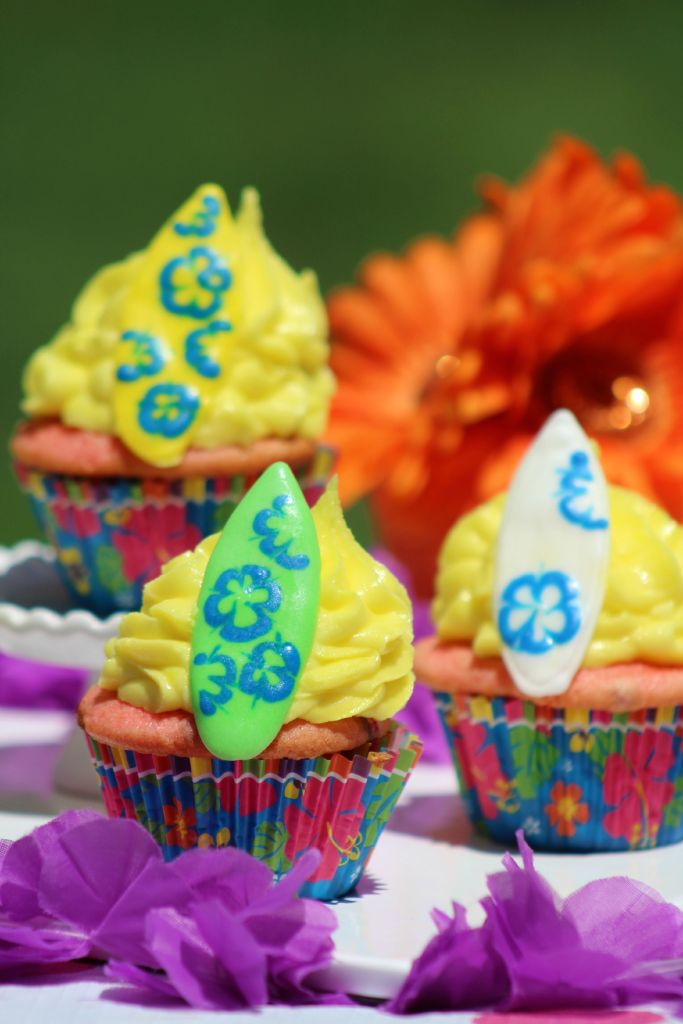 Super cute Surfboard Cupcakes!