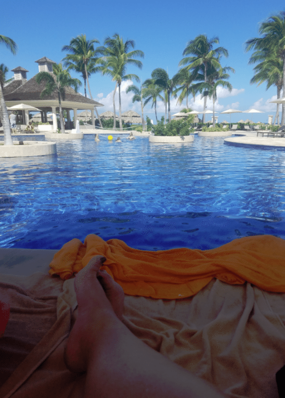 relaxing-at-the-pool